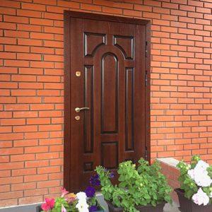 Двери в загородный дом